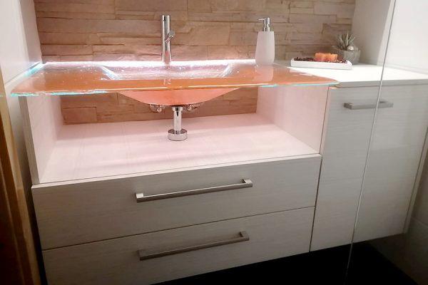 Badzimmermöbel mit Glaswaschtisch